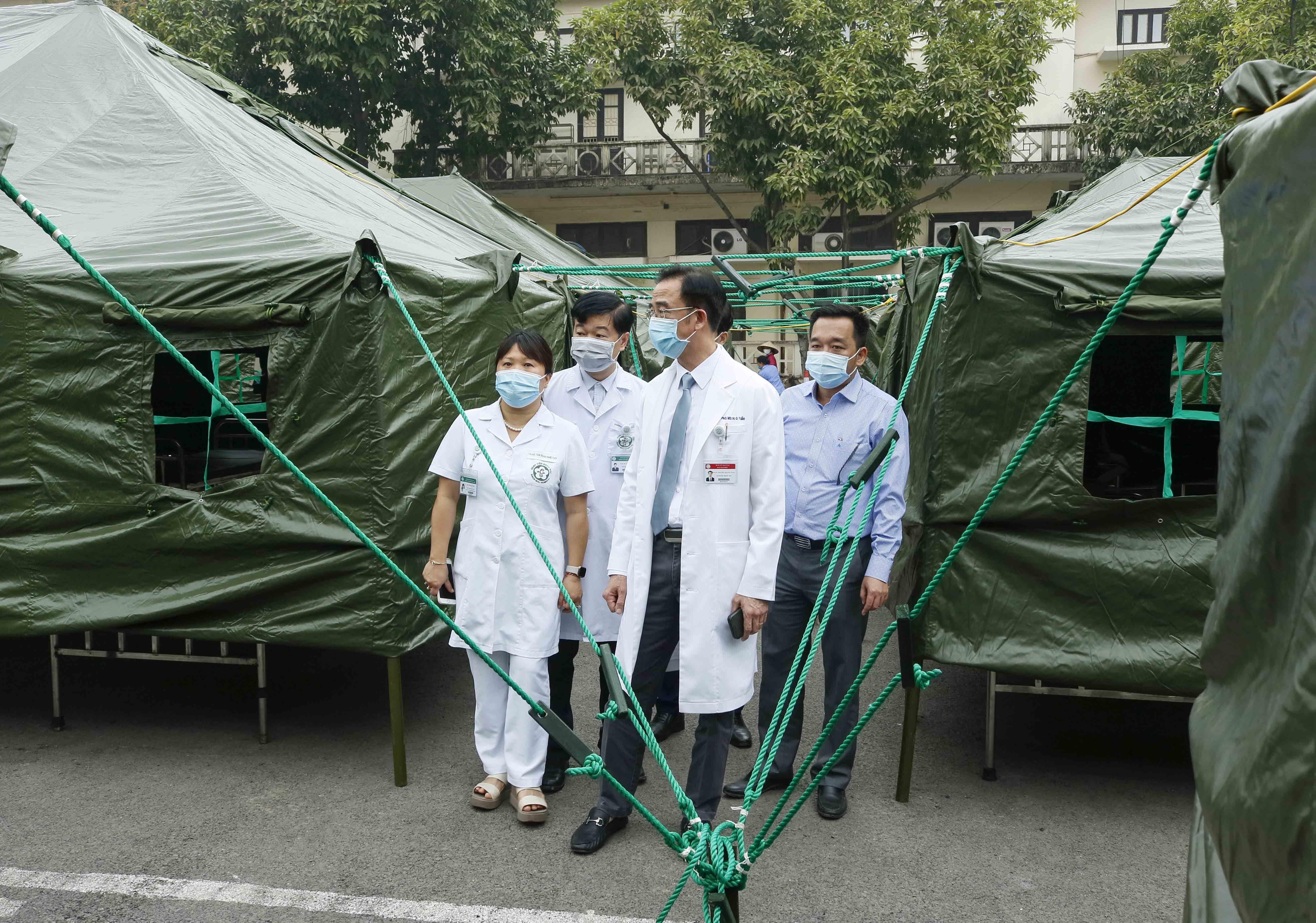 Thần tốc xây dựng bệnh viện dã chiến tại BV Bạch Mai
