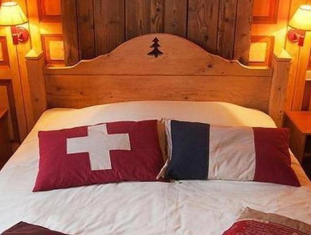 Ngủ giữa 2 quốc gia trên một chiếc giường tại khách sạn độc nhất vô nhị