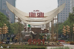 Khách tham quan đường hoa Nguyễn Huệ phải đứng cách xa 1 mét