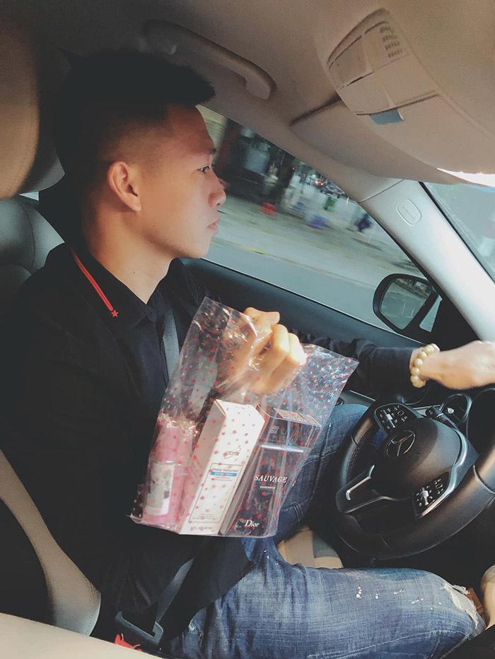 Quang Hải gói bánh tét, Bùi Tiến Dũng đưa bạn gái Tây về quê