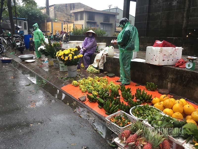 Chợ 28 Tết: Chuối xanh la liệt, ế buồn ngày mưa cuối năm