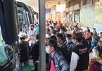 Bến xe Miền Đông chật cứng ngày 28 Tết, khách ngồi la liệt chờ về quê