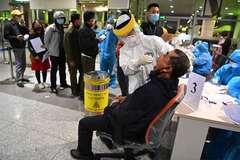 Hình ảnh lấy mẫu xét nghiệm 10.000 nhân viên sân bay Nội Bài