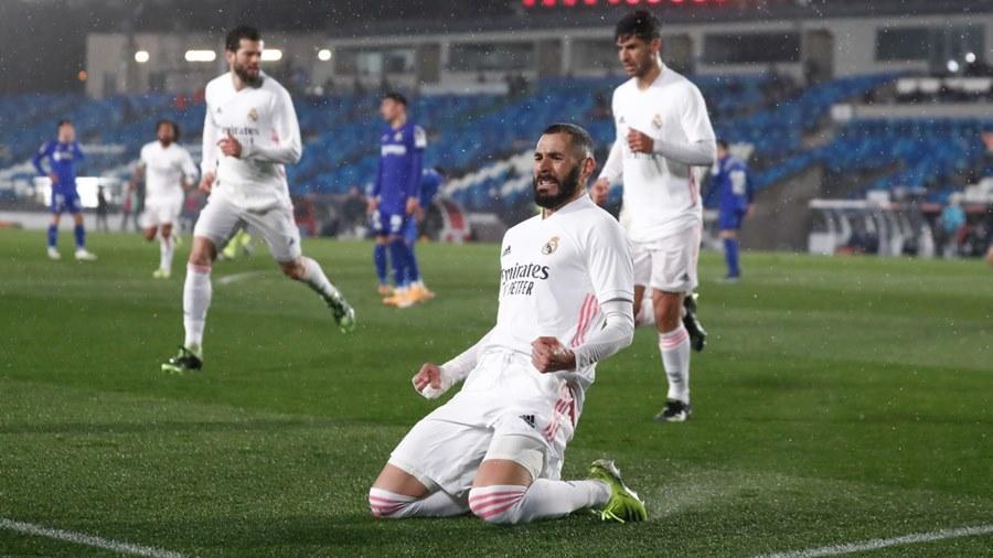 Benzema tỏa sáng, Real Madrid chiếm ngôi nhì của Barca