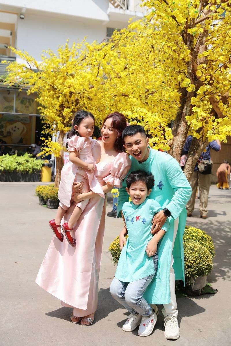 Khánh Thi quay MV Tết với ông xã Phan Hiển và mẹ ruột