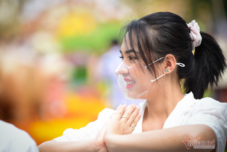 Saigonese wear face masks to take photos on Nguyen Hue flower street
