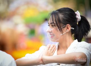 Saigonese wear face masks to take photos on Nguyen Hue flower street