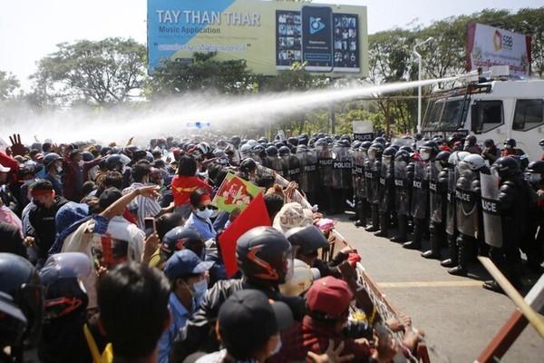 Biểu tình tái diễn ở Myanmar, quân đội đột kích trụ sở đảng NLD