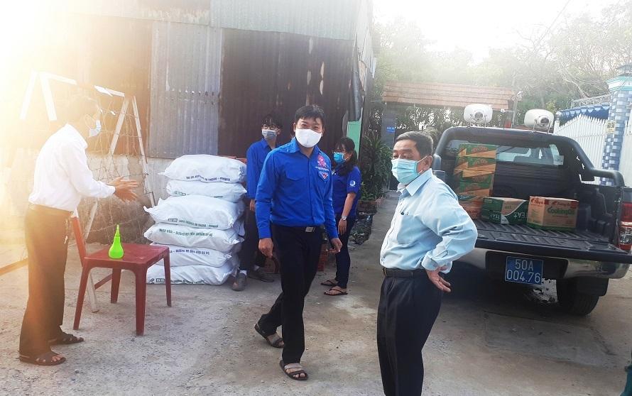 Hình ảnh ấm lòng người dân khu phong tỏa ở quận Bình Tân