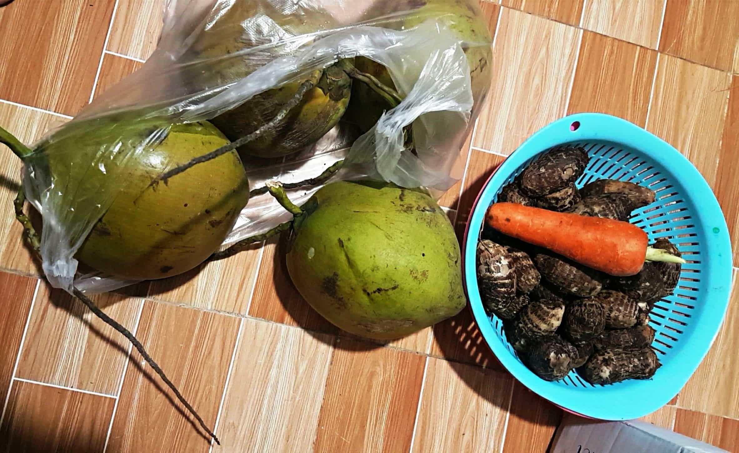 Khu phong tỏa ở Sài Gòn: Cả hẻm không một chậu hoa, nhà chỉ có trái dừa trưng Tết