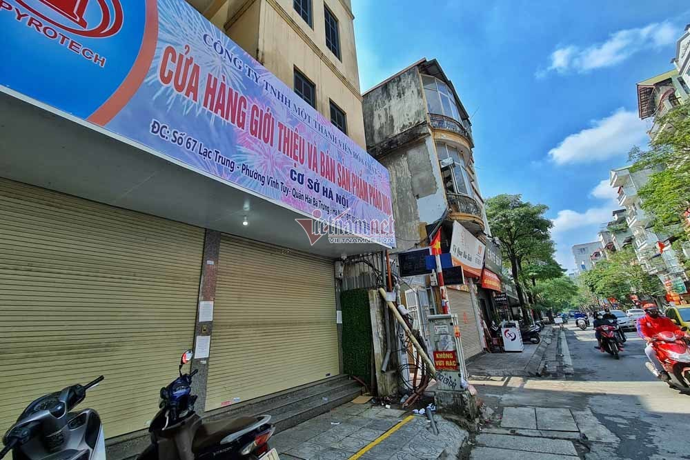 Người Hà Nội đổ xô mua pháo hoa, cửa hàng tạm đóng cửa sau vài giờ mở bán