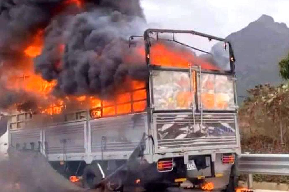 Lửa thiêu rụi xe tải trên cao tốc Lạng Sơn - Bắc Giang