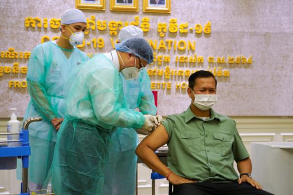 Campuchia tiêm vắc-xin Covid-19, Nhật thiếu bơm tiêm chuyên dụng