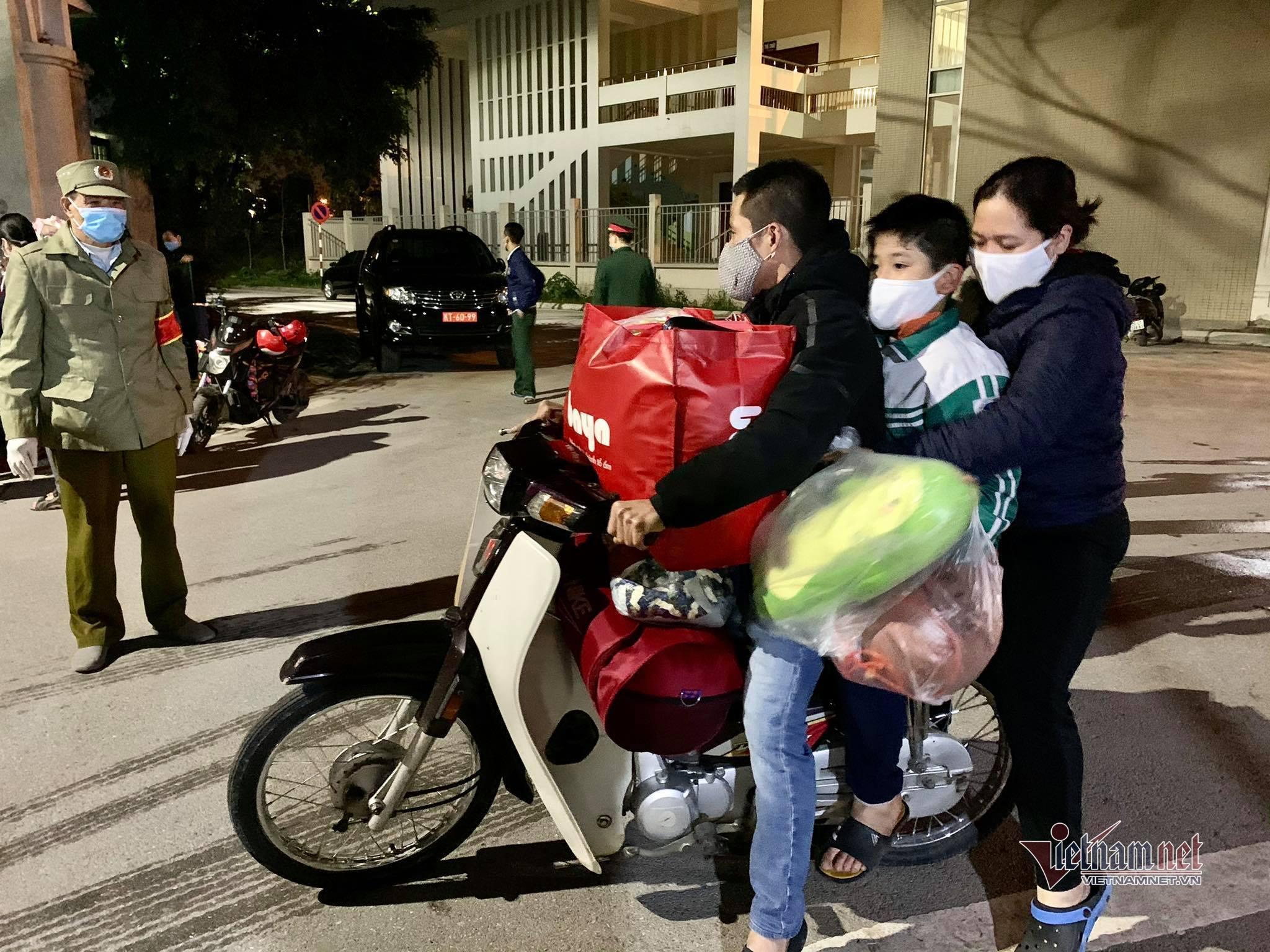 Hai xe quân đội đưa học sinh Xuân Phương rời khu cách ly