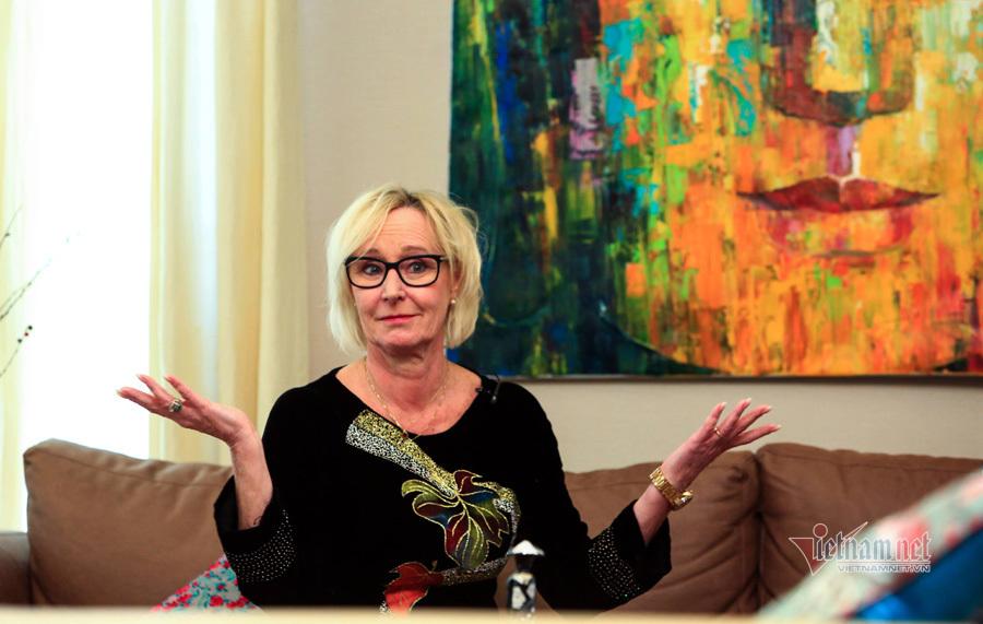 Nhà ngoại giao Na Uy thích thú cuốn nem đón Tết