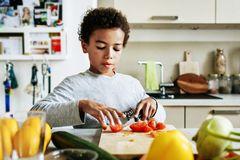 Nấu ăn và 5 kỹ năng quan trọng trẻ 8 - 10 tuổi cần học