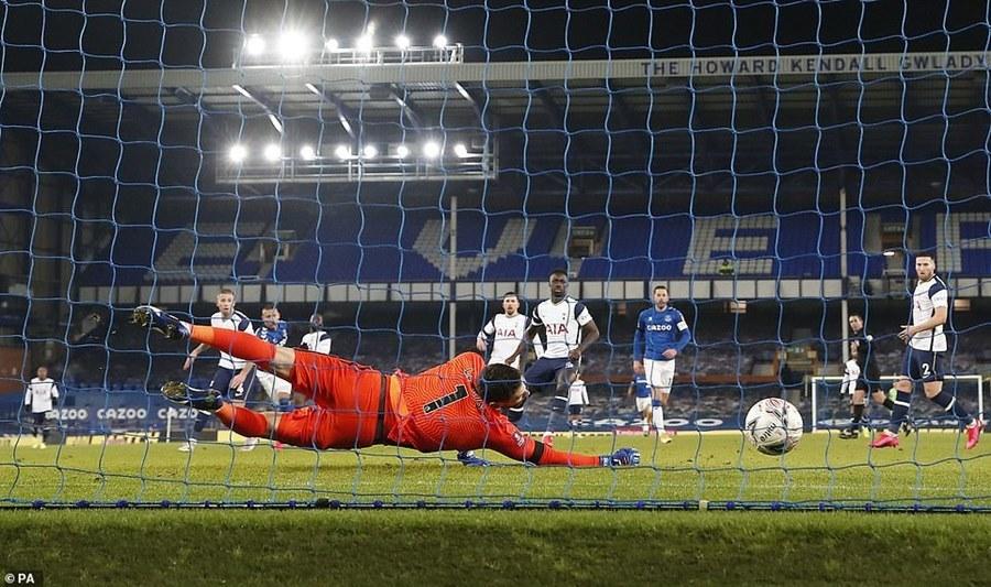 Everton đá bay Tottenham khỏi FA sau màn rượt đuổi 'điên rồ'