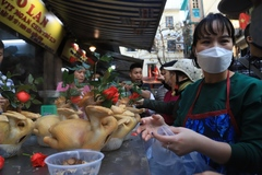 """Chen chân mua gà cúng giao thừa ở khu chợ """"nhà giàu"""" Hà Nội"""
