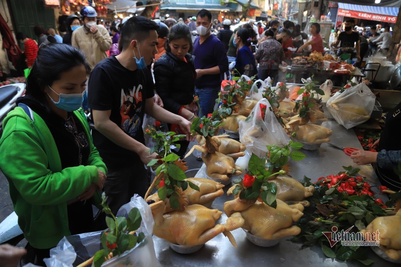 Chen chân mua gà cúng giao thừa ở khu chợ 'nhà giàu' Hà Nội