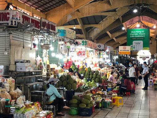 Struggling shopkeepers at HCM City traditional markets learn to sell online