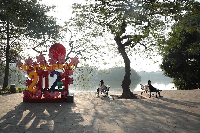 Nắng vàng rực rỡ trong ngày cuối năm khác lạ ở Hà Nội