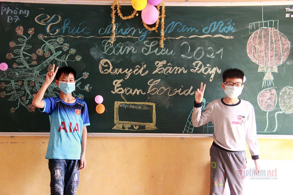 Rộn ràng bày mâm ngũ quả trong khu cách ly tâm dịch Chí Linh ngày 30 Tết