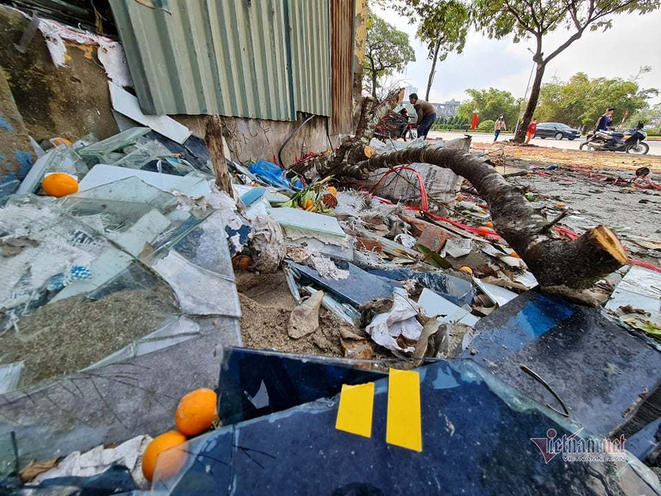 Sau phiên chợ đào, phố Hà Nội ngập ngụa rác ngày 30 Tết