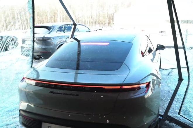 Đạp nhầm chân ga, khách lái chiếc Porsche Taycan đâm vỡ kính showroom