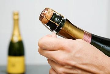 Mẹo khui rượu vang đón năm mới rực rỡ, dù thiếu dụng cụ mở cũng chẳng thể cản trở cuộc vui của bạn