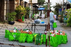 Người dân khu phong tỏa: Đặt hàng quà Tết, nhận bánh cổ truyền từ người thân