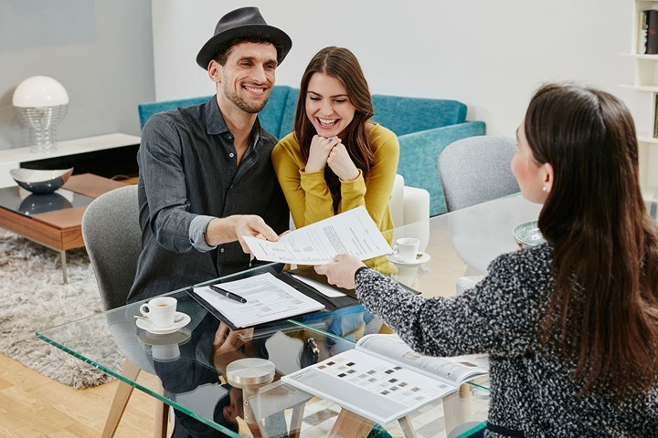 Vợ chồng trẻ 'chốt' mua nhà, bán ô tô bẻ lái chi tiêu trong năm mới