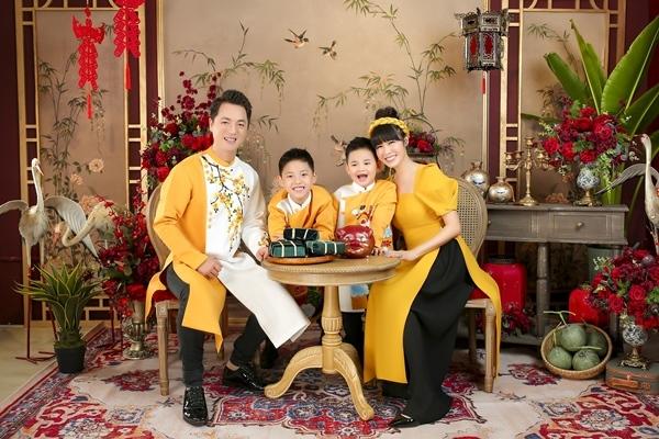 Đăng Khôi, Thủy Anh và 2 con trai diện áo dài rực rỡ