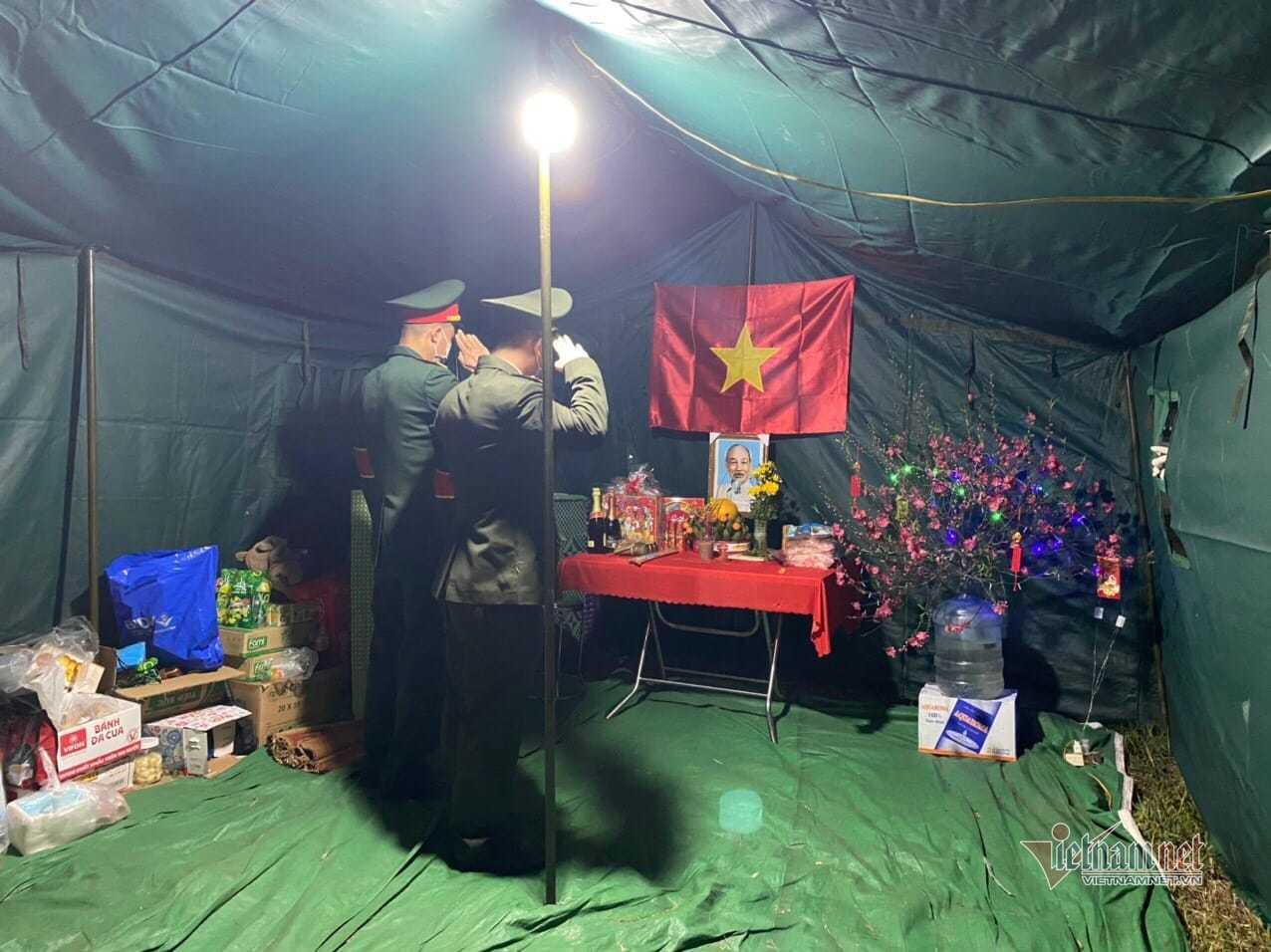 Lễ chào cờ đặc biệt mừng năm mới bên chốt trực ở tâm dịch Hải Dương