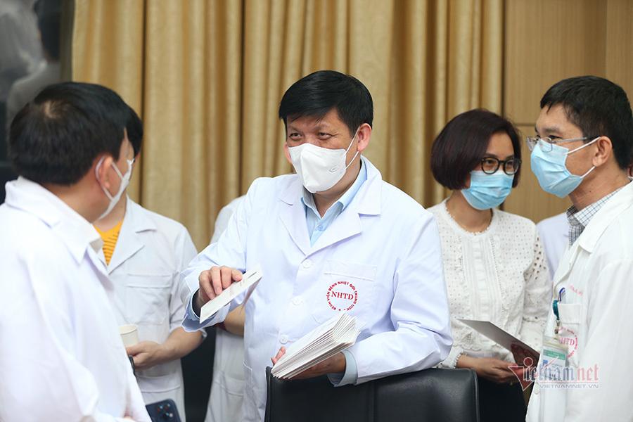 Bộ trưởng Y tế phát lì xì, hát 'Như có Bác Hồ trong ngày vui đại thắng'