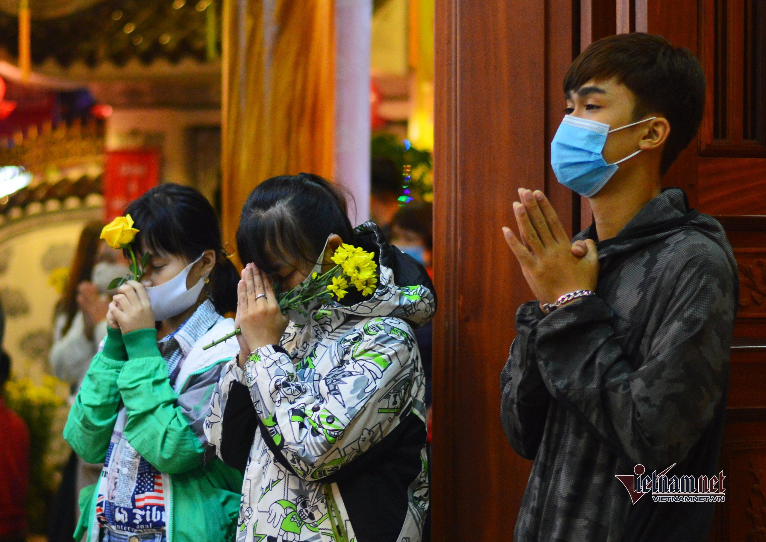 Hàng nghìn người dân ở Đà Nẵng đến chùa hái lộc, cầu an năm mới