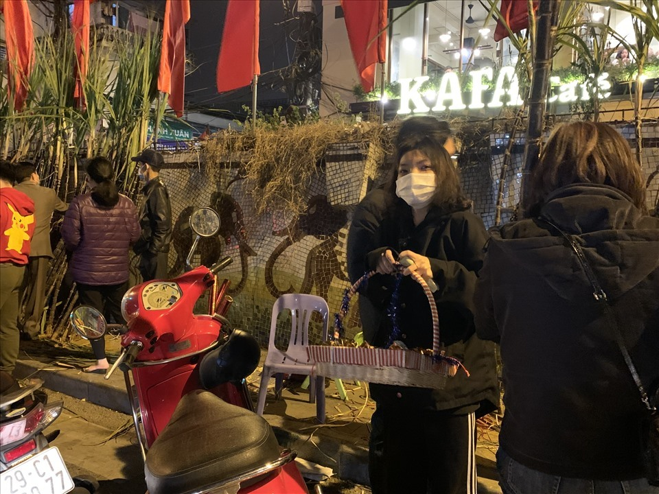 Hà Nội: Lãi 'khủng' nhờ bán cành lộc và muối đêm giao thừa
