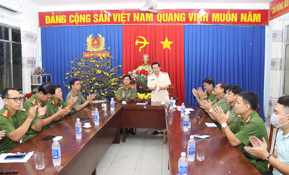 Đại tá Đinh Văn Nơi thưởng 'nóng' sáng mùng 1 Tết cho đội bắt cướp
