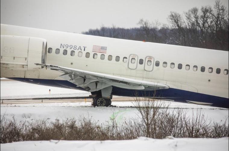 Máy bay Mỹ trượt khỏi đường băng, lao xuống mương