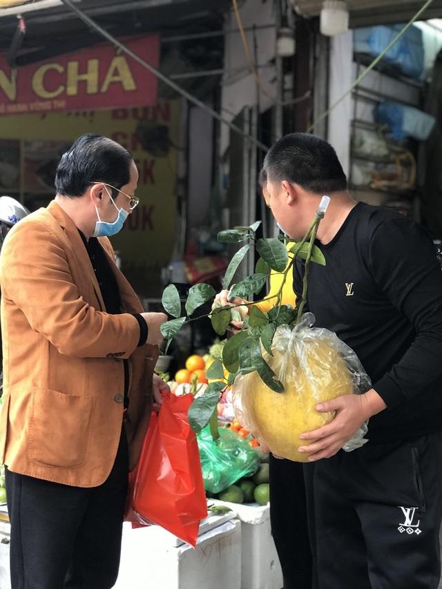 Bưởi khổng lồ 10 kg/quả, dân Hà Nội 'lùng sục' mua về trưng Tết