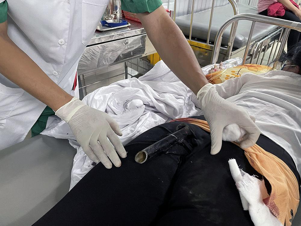 Cấp cứu cô gái gặp tai nạn với thanh chống xe máy
