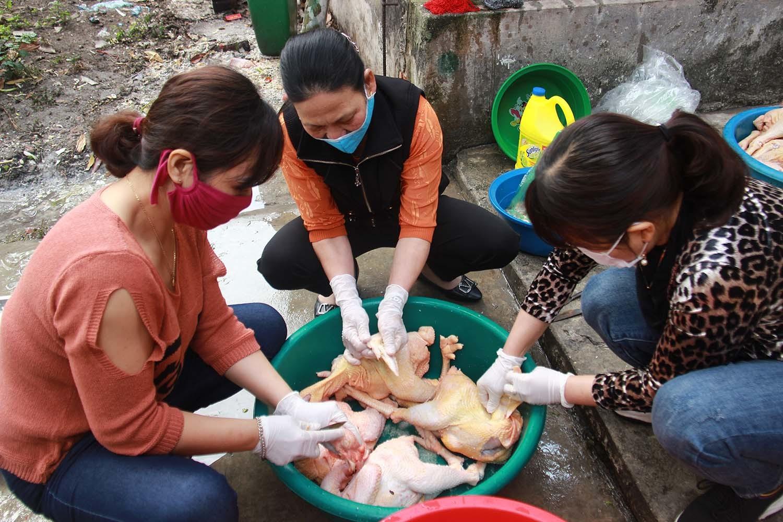 Bếp ăn dã chiến ở Chí Linh đỏ lửa xuyên Tết nấu 600 suất ăn mỗi ngày
