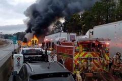 Tai nạn liên hoàn khiến nhiều ô tô cùng bốc cháy