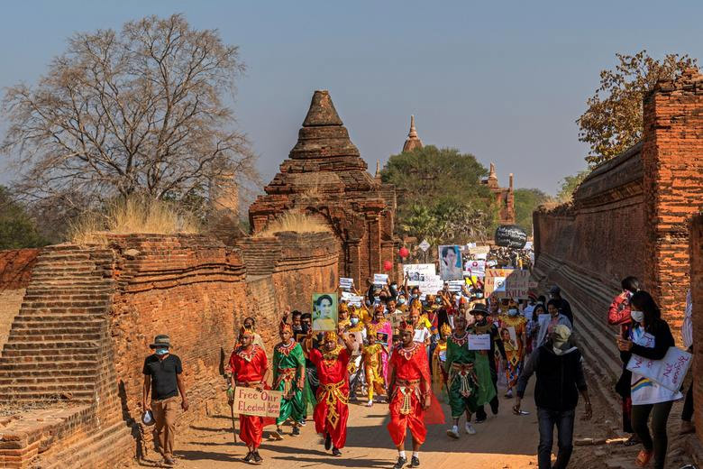 Hình ảnh hàng nghìn người Myanmar biểu tình phản đối binh biến