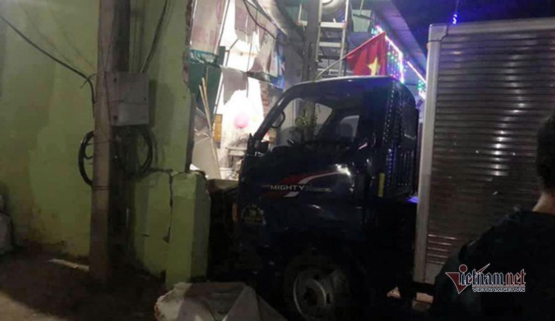 Xe tải đâm sập nhà dân ngày mùng 1 Tết, 4 người bị thương