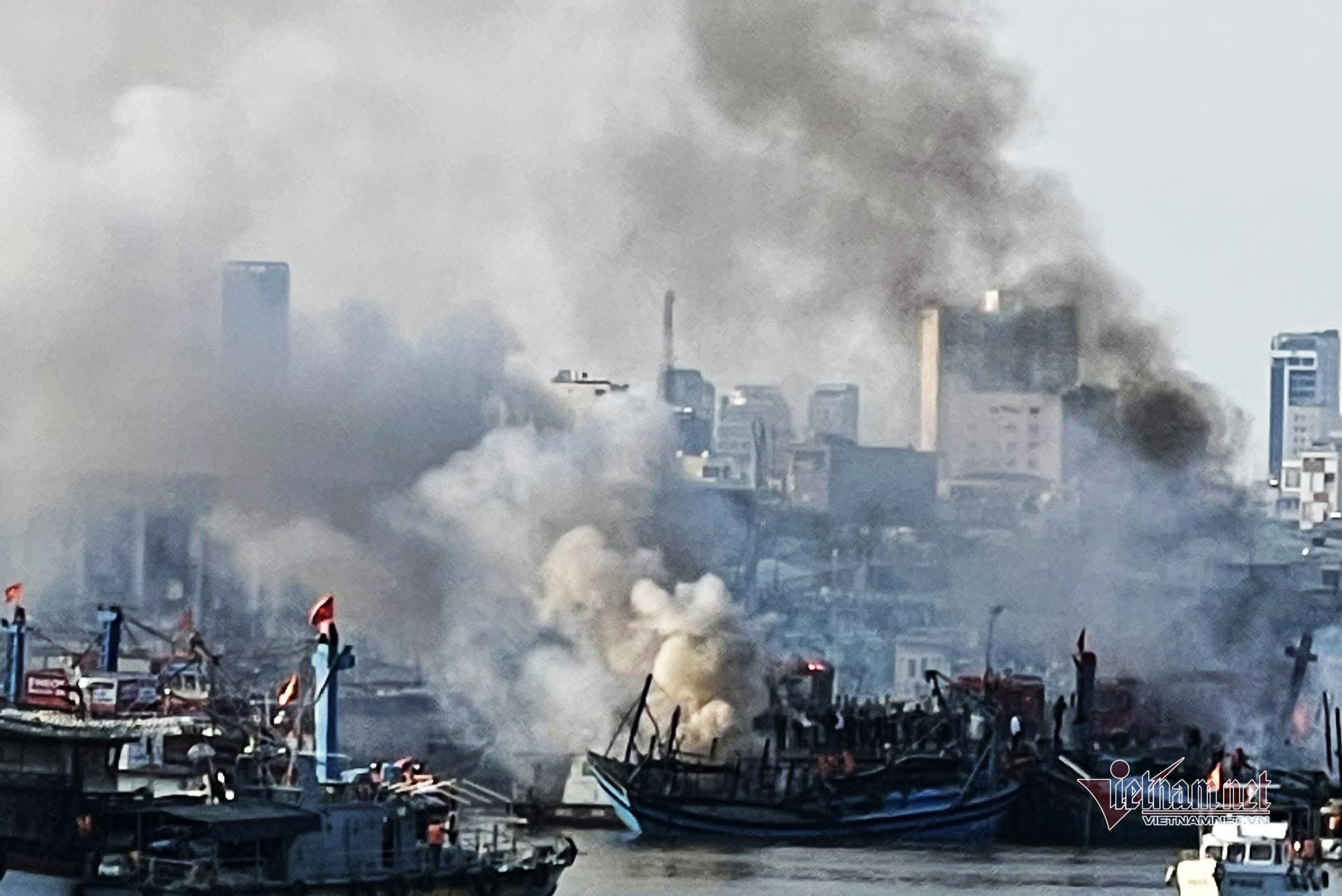 Ba tàu cá tiền tỷ cháy nghi ngút khi đang neo đậu nghỉ Tết ở Đà Nẵng