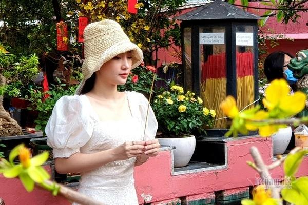 Mùng 3 Tết trùng Valentine, giới trẻ về chùa Ngọc Hoàng cầu duyên