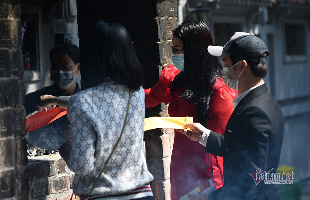 Chùa Hà đông nghẹt người trẻ đến cầu duyên ngày Valentine