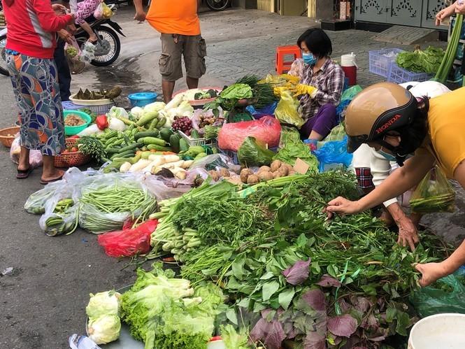 Sáng mùng 3 Tết, dân Sài Gòn xếp hàng vào siêu thị mua gà cúng