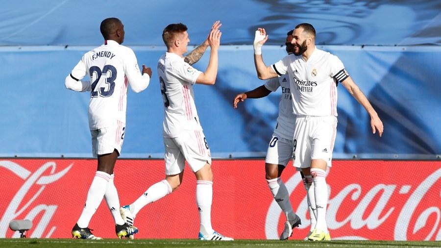 Benzema ghi tuyệt phẩm, Real Madrid đua gắt với Barca