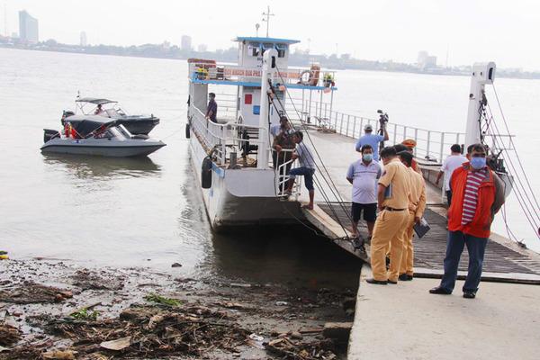 Điều tra vụ sạt lở làm 10 người đi trên phà rơi xuống sông Hậu